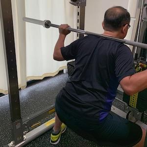 金山のダイエット型パーソナルジムのトレーニング風景(スクワット男性)